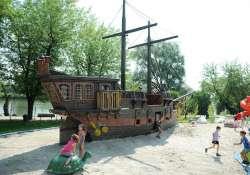 Kalózhajó a Dunaparton