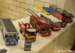 Építőkockákból készült járművekből nyílt kiállítás a BKK-nál