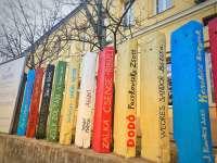Mesés könyvespolc a Bethesda Gyermekkórház kerítésén